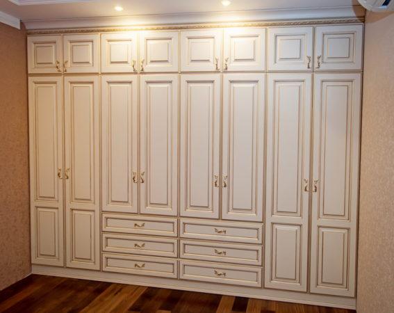 Шкаф «Норвег» — распашной шкаф белого цвета с золотыми оттенками