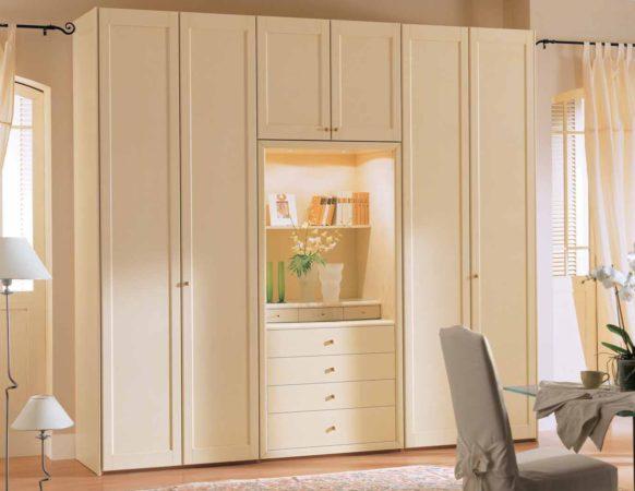 Шкаф «Финна» — распашной шкаф молочного цвета с подсветкой