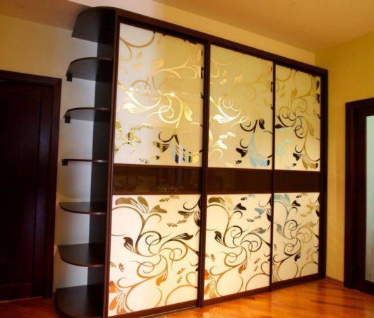 Шкаф-купе «Глория» —  красивый шкаф с зеркалами, украшенными цветами