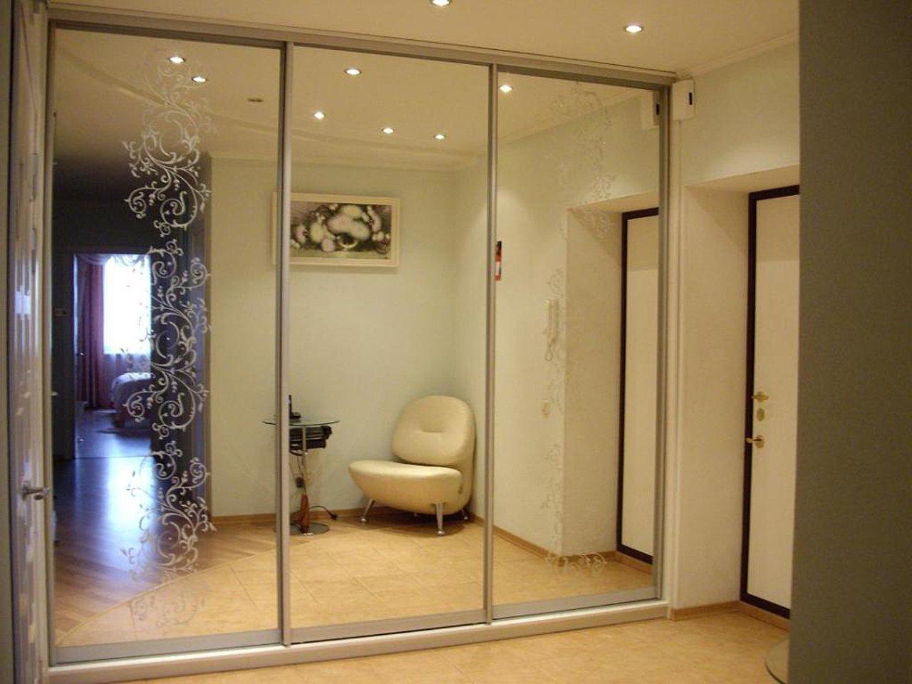 Шкафы с зеркалом и рисунками пескоструй от фабрики мебиус - .