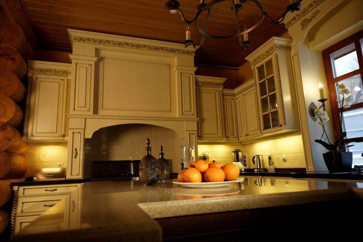 Кухня из массива березы с резным декором фасадов