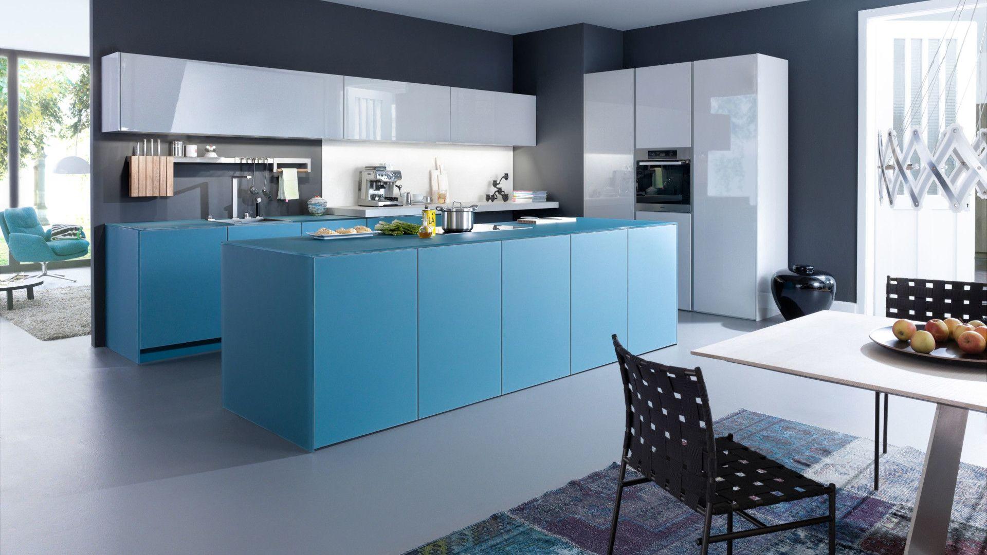 Кухня с бело-синими суперглянцевыми фасадами «Авалон»