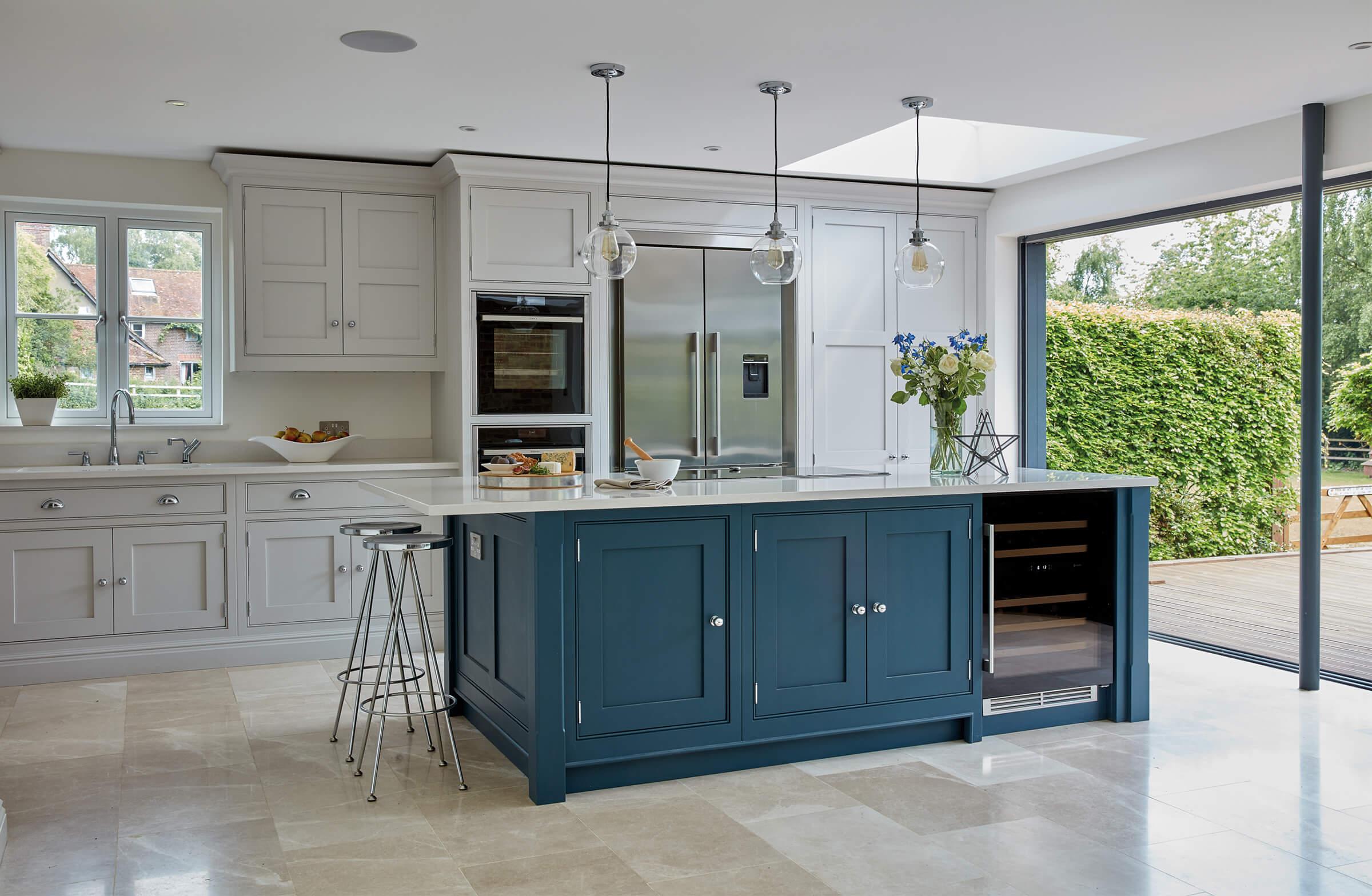 Кухня «Аметист» бело-синие филенчатые фасады