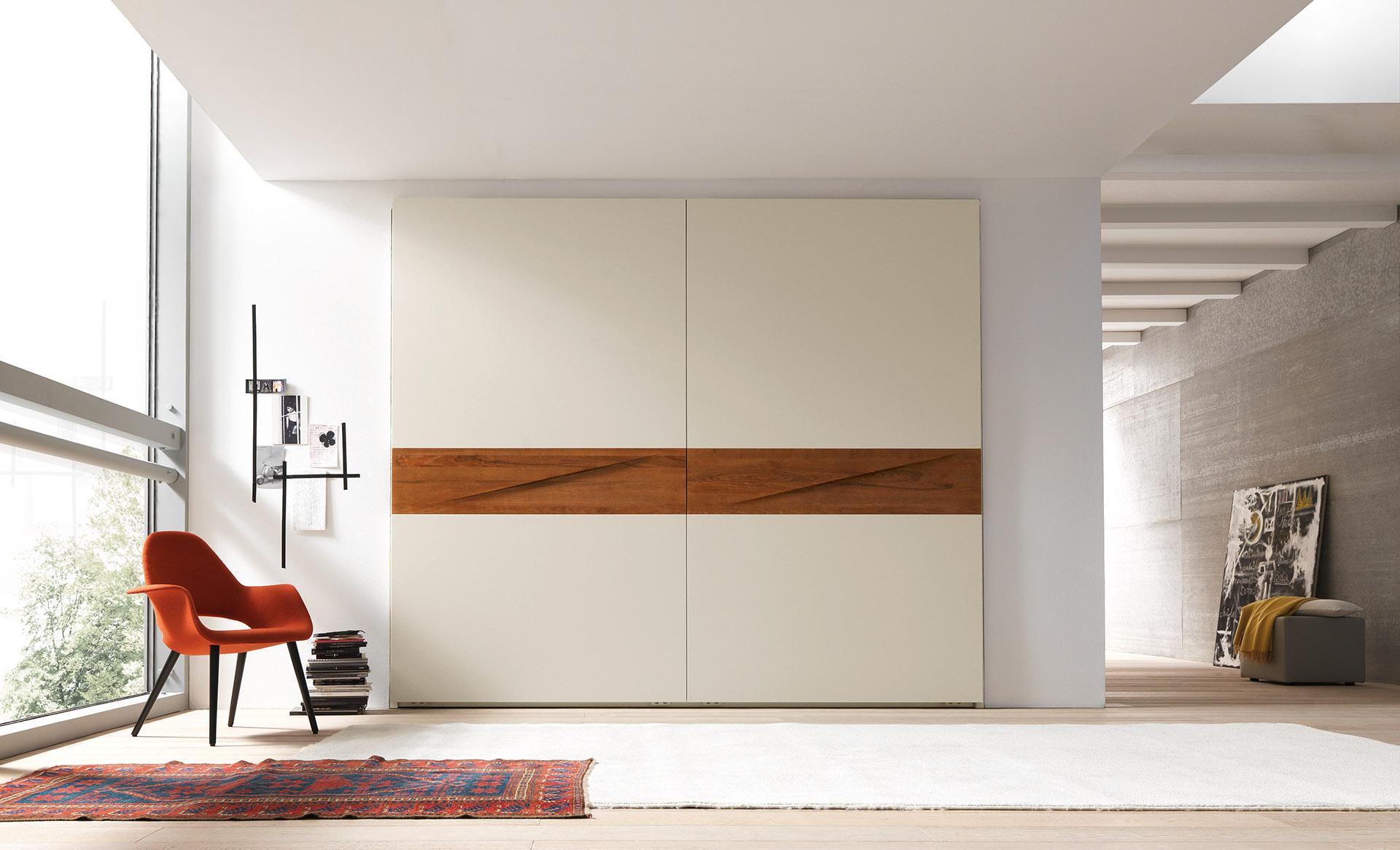 Шкаф «Такка» молочного цвета с древесным декором