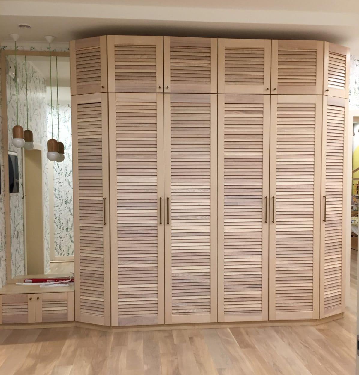 Красивый жалюзийный шкаф в эко-стиле