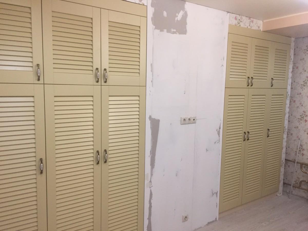 Встроенные шкафы из массива дерева с жалюзийными фасадами