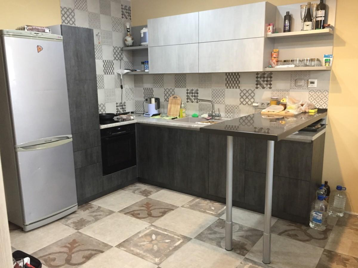Кухня с барной стойкой и фасадами «под камень»