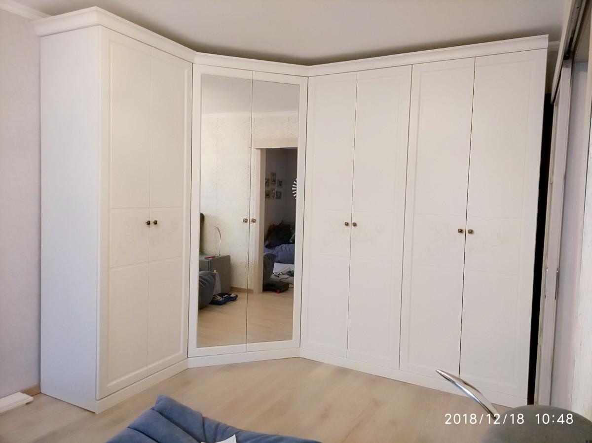 Белоснежный угловой шкаф с зеркалом
