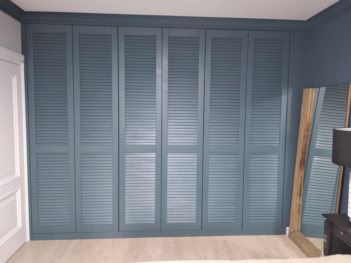 Распашной жалюзийный шкаф в цвете «полуночно-синий»
