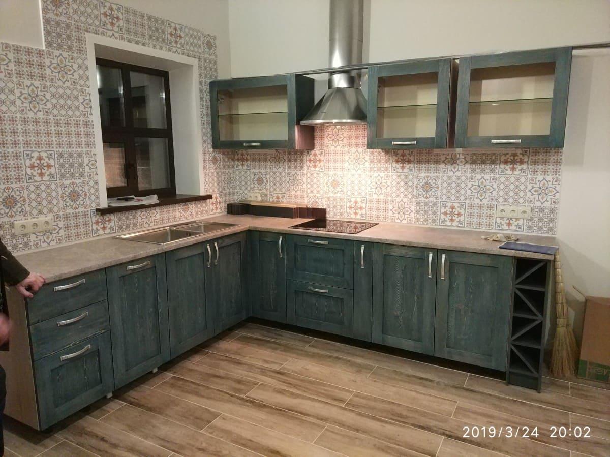 Аутентичная кухня в кантри стиле из массива дуба