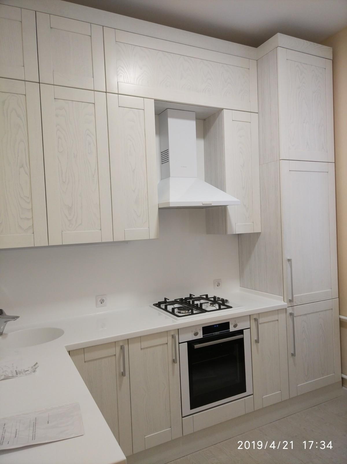 Белоснежная кухня из массива дуба