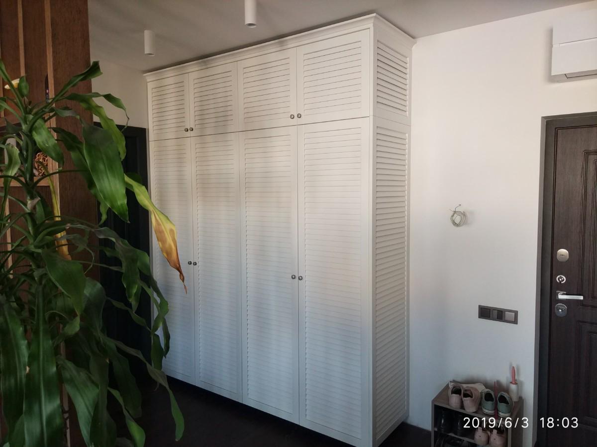 Белоснежный жалюзийный шкаф из массива дерева