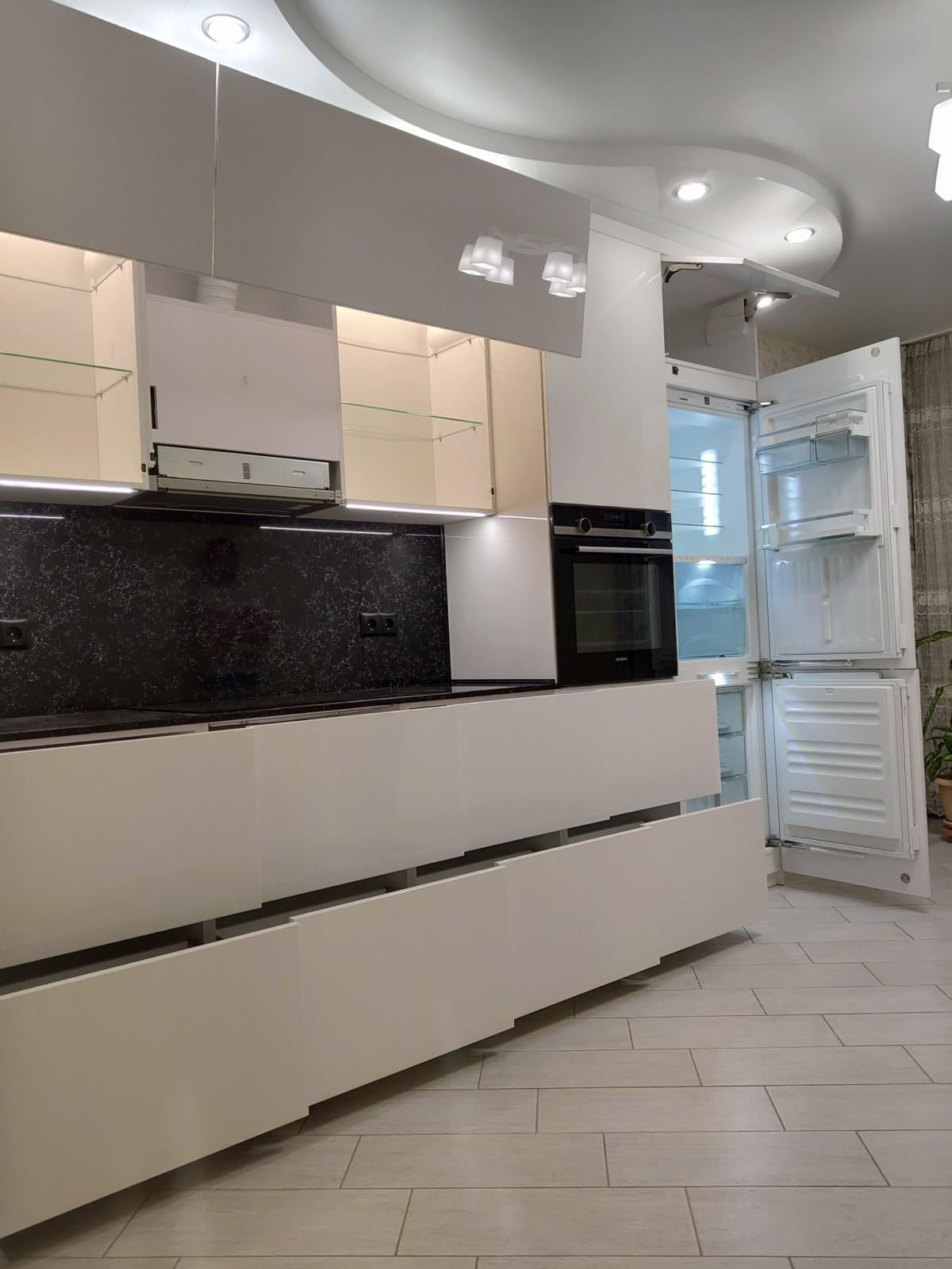 Белоснежная глянцевая кухня без ручек с фурнитурой BLUM
